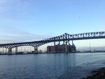 Ensemble industriel derrière un pont au-dessus de rivière de Hackensack photographie stock