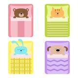 Ensemble mignon d'animal de sommeil Chat, ours, lapin de chien, lièvres et lapin Lit, oreiller couvrant Fond de chéri Conception  Photos stock