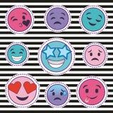 Ensemble mignon d'autocollants d'émoticônes de sourire avec le fond rayé Images stock