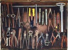 Ensemble modifié d'outils à main sur un panneau en bois Photographie stock libre de droits