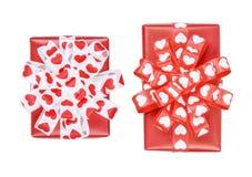 Ensemble parfaitement d'emballer deux cadeaux avec l'arc des coeurs de ruban Image stock
