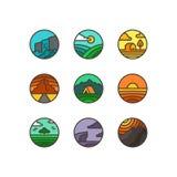 Ensemble plat de vecteur de logos de nature Emblèmes des paysages avec la cascade, la mer, les montagnes, le champ et le bois images libres de droits
