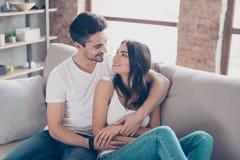 Ensemble pour toujours Quelques jeunes beaux amants sont cuddlin Image stock