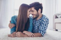 Ensemble pour toujours Quelques jeunes beaux amants sont o menteur Images libres de droits