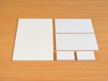 Ensemble stationnaire d'isolement sur la table en bois Photos libres de droits