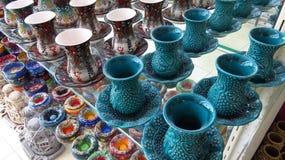 Ensemble turc de tasse de thé de Ceremic de bleu de turquoise dans la boutique photos stock