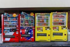 Ensemble typique de distributeurs automatiques dans les rues de Tokyo Photos stock