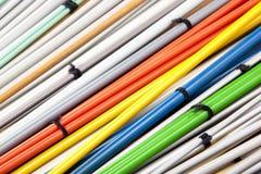 Ensembles colorés de plan rapproché d'aiguilles de tricotage appareillées Images stock