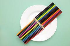 Ensembles de crayons colorés d'un plat blanc Image stock
