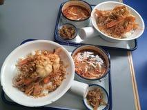2 ensembles de déjeuner d'ail de sauté poivrent la crevette rose avec la soupe à Tomyum Image libre de droits