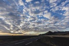 Ensembles de Sun au-dessus de la route 1, Islande Photographie stock