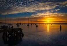 Ensembles de The Sun au-dessus de port de Poole dans Dorset Jetée de pilier de Hamworthy Photographie stock libre de droits