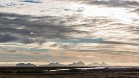 Ensembles de Sun au-dessus des montagnes éloignées, Islande Image stock