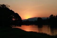 Ensembles de Sun avec la montagne et la rivière Images libres de droits