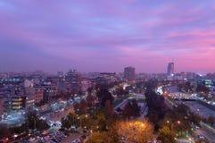 Ensembles roses d'un coucher du soleil au-dessus de Santiago photo stock