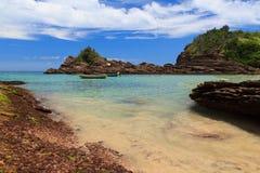 Ensenada pacífica de la playa Ferradurinha en Búzios, el Brasil Foto de archivo libre de regalías