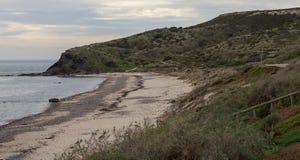 Ensenada Sandy Beach de Hallett en un día nublado Imagen de archivo libre de regalías