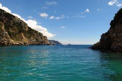 Ensenada tranquila del mar de la turquesa debajo del cielo azul Foto de archivo libre de regalías