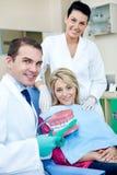 Ensino do dentista para escovar os dentes imagens de stock royalty free