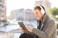 Ensino eletrónico do homem em linha no feriado de inverno fotografia de stock royalty free