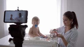 Ensino eletrónico, menina do doutor com verificações do estetoscópio à pulsação do coração e respiração do bebê paciente durante  vídeos de arquivo