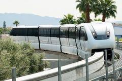 Enskenig järnväg som ankommer till stationen på den Las Vegas remsan Fotografering för Bildbyråer