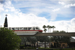 Enskenig järnväg som går till och med Epcot med julgranen Royaltyfri Bild