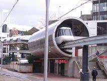 Enskenig järnvägbil som stoppar på stationen Royaltyfri Foto
