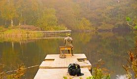 Enslig fiskare på sjön royaltyfri foto