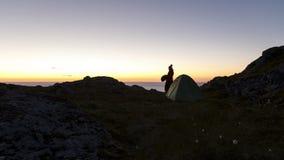 Enslig fotvandrare som campar i berg ovanför havet Royaltyfri Bild