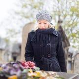Enslig kvinna som besöker allvarliga släktingar Arkivfoto