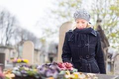 Enslig kvinna som besöker allvarliga släktingar Arkivbild