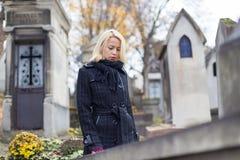 Enslig kvinna som besöker allvarliga släktingar Fotografering för Bildbyråer