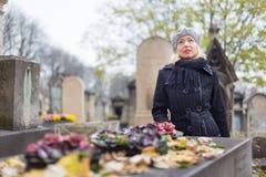 Enslig kvinna som besöker allvarliga släktingar Royaltyfri Fotografi