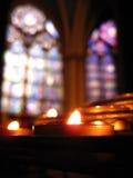Enslig stearinljus & målat glass - Notre Dame Royaltyfria Foton