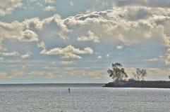 Ensligt diagram som ställa i skuggan av sjön och molnet Arkivfoton