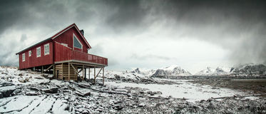 Ensligt rött hus i arktiskt landskap Royaltyfri Foto