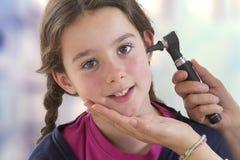 ENT врач проверяя терпеливое ухо ` s используя otoscope стоковые изображения