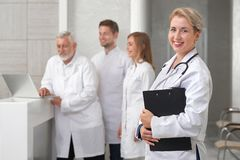 ENT lekarka pozuje prywatnie nowożytnego szpital obraz royalty free