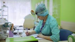 ENT mottagande för doktors` s, otolaryngologist i klinik, ståendedoktor, sjukhus för barn` s, pediatrisk läkarelor stock video