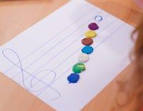 Entaille d'enfants - notes musicales par la pâte à modeler images stock