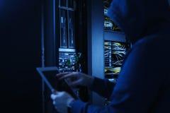Entailler de système de paiements Concept de garantie Pirate informatique dans le capot noir entaillant le système Photo libre de droits