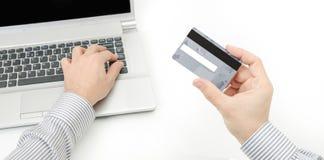 Entailler une carte de crédit photos stock