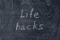Entailles de la vie écrites sur le tableau noir utilisant la craie photographie stock