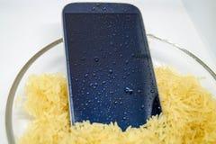Entailles de la vie - premiers secours pour le smartphone humide images stock