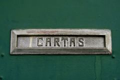 Entalhe da caixa postal para letras, no espanhol Fotografia de Stock