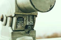 Entalhe de moeda em binóculos a fichas na plataforma da visão Fotos de Stock Royalty Free
