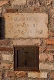 Entalhe de oferecimento da caixa fora da igreja velha em Itália Imagens de Stock