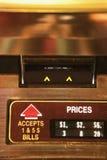 Entalhe do dinheiro no jukebox. fotografia de stock royalty free