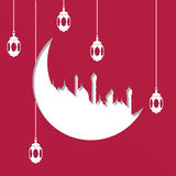 Entalhe árabe do papel da forma da lua com ilustração de lâmpadas ou de lanternas de suspensão no fundo vermelho para o mês santa Fotografia de Stock Royalty Free